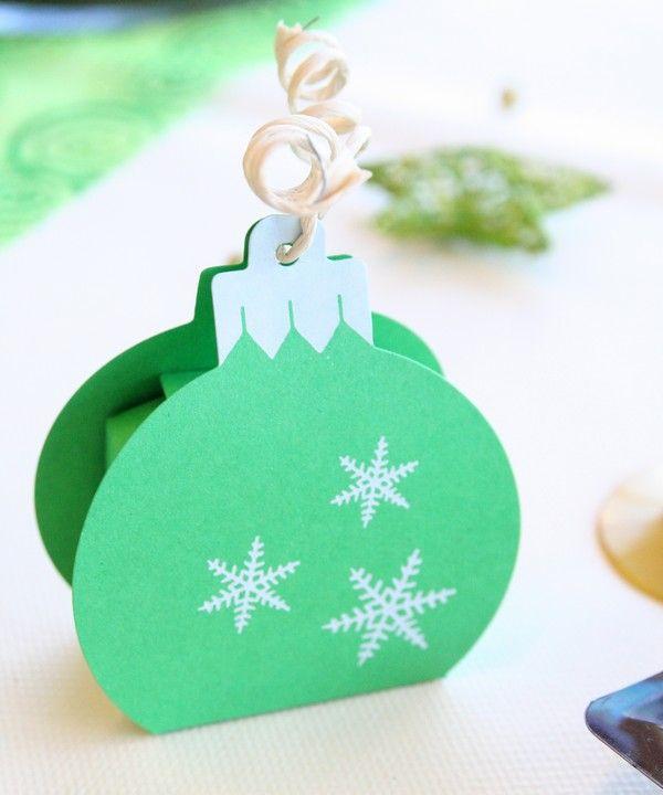 Ce contenant à chocolat, en forme de boule de Noël, est légèrement nacré. Un élément de décoration indispensable pour les fêtes de fin d'année !