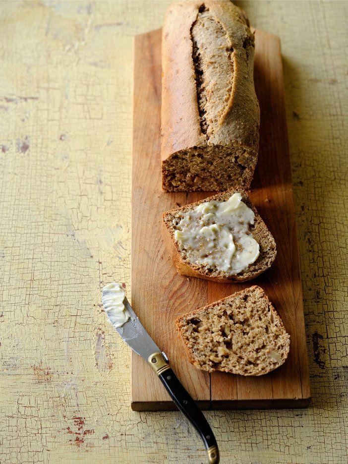 オランダ語で「朝食のケーキ」という名のパン。スパイスとしょうがを入れたライ麦粉のパンは、バターをたっぷり塗るとおいしい。ホットワインとも合いそう。|『ELLE a table』はおしゃれで簡単なレシピが満載!
