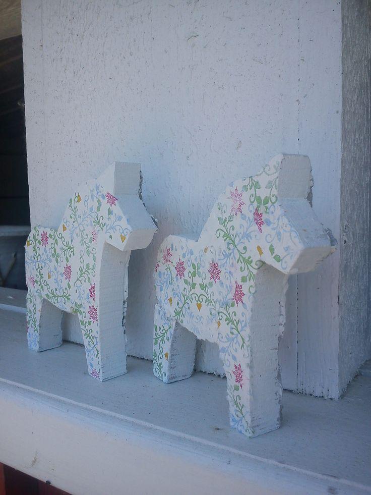 sommar hästar betong