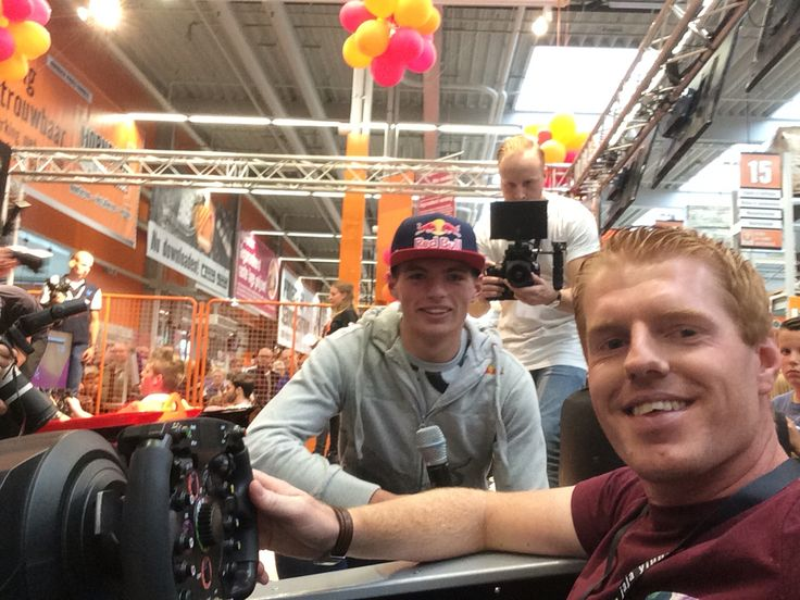 Selfie time with Max Verstappen.. Giving some tips for the semi finals! #F1 #Hornbach #GoMax #Verstappen #Bernax #Simulator #Simracing