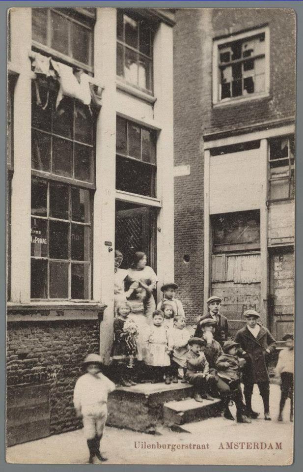 1910ca. kinderen op een stoep in de Uilenburgerstraat