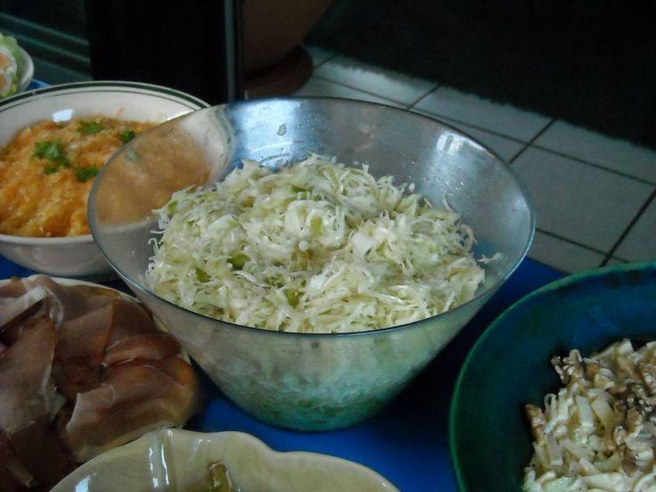Krautsalat. Als ik een stuk witte kool over heb, maak ik altijd deze salade. Ik doe er dan nog wat karwijzaad door. Een frisse, lekkere salade.