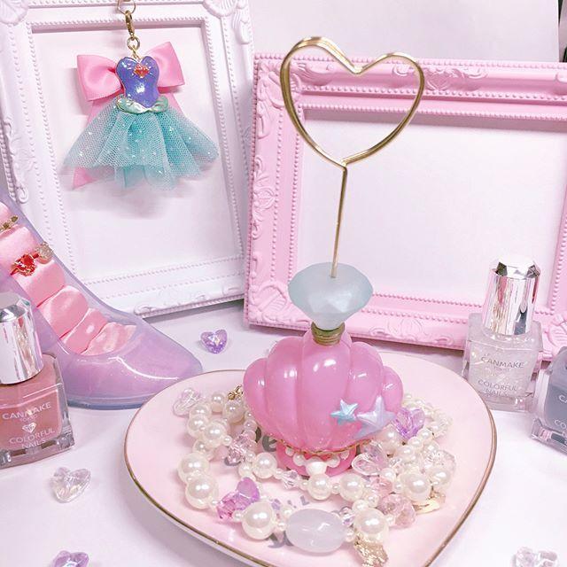 ・ #購入品post ・ ずつと欲しかったディズニーストアの #カードスタンド です(*´︶`*)♡ ・ なんと半額セールになっていて 600円でgetしました ・ アリエルのパステルカラーの貝殻が可愛すぎる ・ ・ #ディズニー #ディズニーストア #disney #disneystore #アリエル #ariel #貝 #リトルマーメイド #海 #パステルカラー #パステル #ハート #pink #ピンク #キャンメイク #canmake #ネイルカラー #スイマー #swimmer #リング #お洒落さんと繋がりたい
