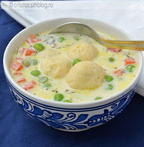 A közismert zöldborsó leves juhtúrós gombóccal dúsítva. Nagyon szerettük, és nagyon finom a gombóc a levesben, bármilyen más levesbe ki lehet próbálni jófajta juhtúróval. Zöldborsó leves juhtúrós g…