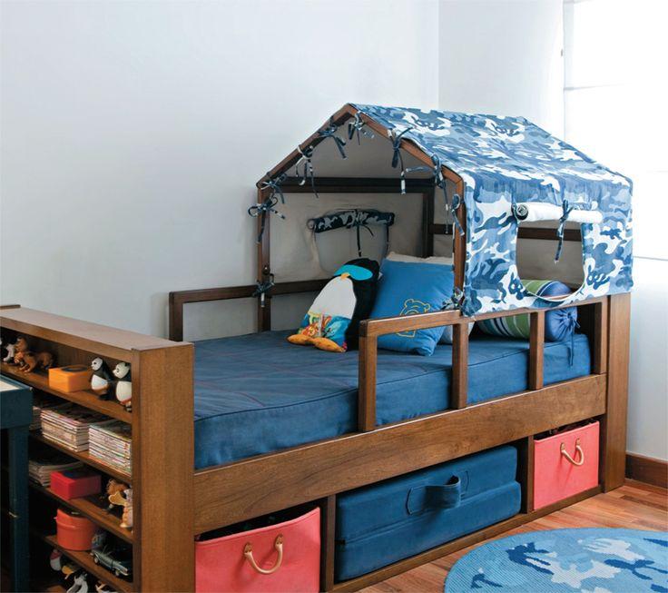 Com cobertura de sarja (JRJ), a cama (Casapronta) já garante a brincadeira de acampamento. Também abriga cestos e um colchonete, usado quando um amigo fica para dormir.