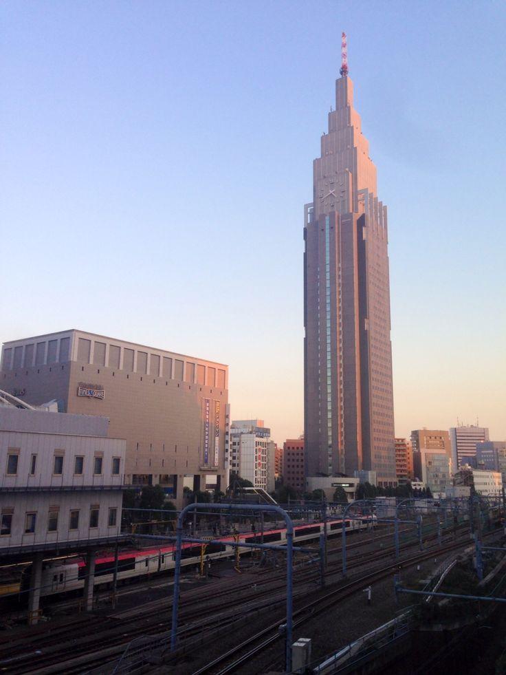 """成田ExpressとNTTドコモ代々木ビル。どこぞのビルにそっくりだ。 Narita express and Empire States Blding like NTT docomo Yoyogi Bldg. """"docomo Tower""""."""