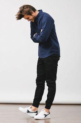 デニムシャツに黒ジョガーパンツディアドラの白スニーカーをコーディネート