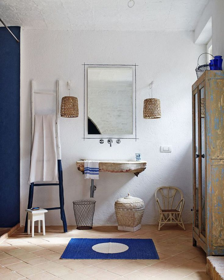 Ванная комната в спальне на первом этаже.  (средиземноморский,средиземноморский интерьер,средиземноморский дом,средиземноморский стиль,деревенский,сельский,кантри,архитектура,дизайн,экстерьер,интерьер,дизайн интерьера,мебель,ванна,санузел,душ,туалет,дизайн ванной,интерьер ванной,сантехника,кафель) .