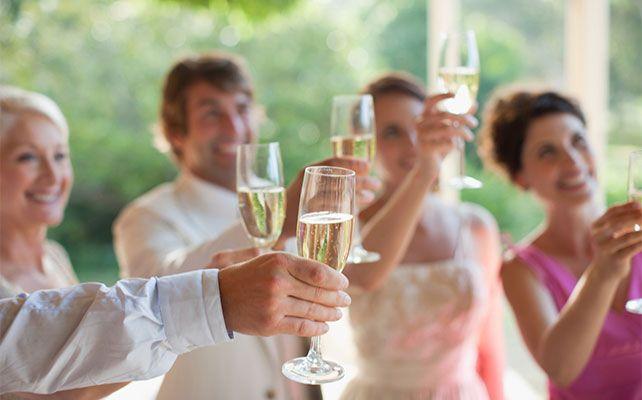 свадебный снимок звон бокалов