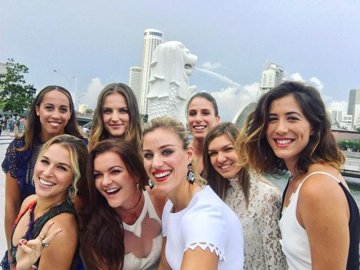 Jo is in Singapore with Angie, Aga, Simona, Gabby, Maddie, Karo & Domi ... Via Angelique Kerber ‏ · Here we are... ☺️✌️ #WTAFinalsSG 10/21/16