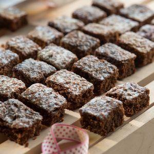 Schokolade hacken. Margarine zerlassen, Schokolade darin schmelzen, abkühlen lassen. Zucker, Eier und Speisestärke mischen. Mehl dazusieben. Zimt und...