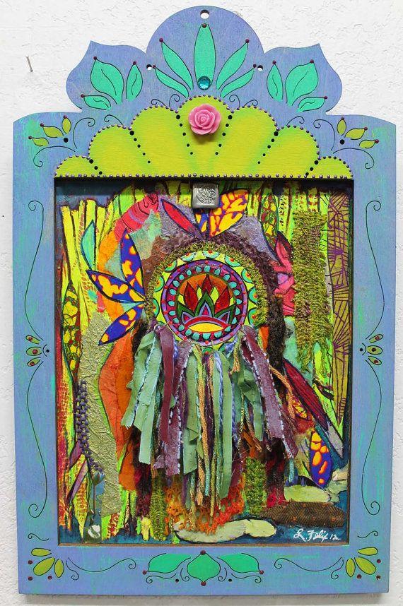 Arte popular, arte mexicano, arte reciclado, técnica mixta collage, arte de gitana hippie, azul y verde dolido madera, pintada color de rosa. Se trata de un original collage de técnica mixta con un Lotus pintado en la tapa de lata montado sobre multi media con collage tela, cordón y papeles y polímero de la arcilla. Diseño de los marcos y luego son corte de 1/4 pino láser. Tiene una madera maciza, con cable, listo para colgar.