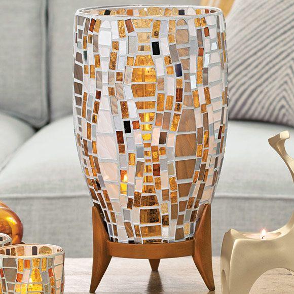 Windlicht Vienna & Teelichthalter Simplex, silberfarben;  € 139,90; Fuss aus Kunstharz. H: 33 cm, Ø 17 cm. Inkl. stabilisierenden Glasperlen für einen sicheren Stand der Kerzen. Für Pillar-Kerzen, Escential und GloLite Duftwachsgläser sowie Teelichthalter Simplex.  Hochsaison für Silber und Gold! Edler Metallic-Glanz bereitet festliche Stimmung