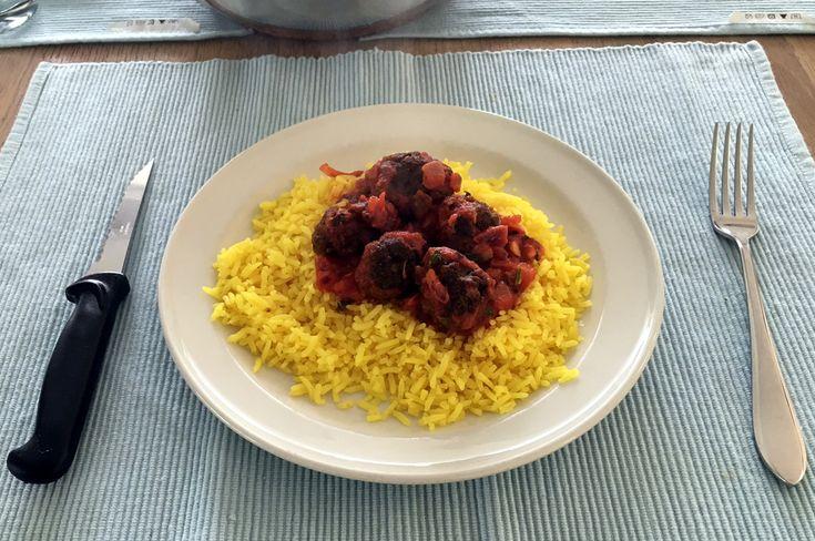 Gele #rijst met lichte #saffraansmaak met kleine #gehaktballen van mager #rundergehakt, pittig gekruid met #koriander, #komijn, #peterselie, #paprika en #sambal oelek in een #passata met #knoflook, #basilicum…