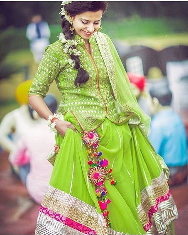 Aaaaaaand drop those latkans like a beat girl .. We are floored by this Lehenga , the latkans and the #snakedraped #gajra #monsoonbride #green #pink #latkans #pretty #mehendi #sangeet