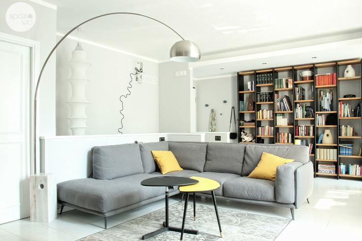 LA ZONA RELAX :: L'ampia metratura dell'ambiente ha permesso di sistemare al centro della stanza un grande divano angolare dallo stile retrò di @Ditre Italia. Da questa prospettiva lo sguardo si fissa sulla lampada arco, uno dei punti focali del soggiorno. #casa #interni #interior #design #home