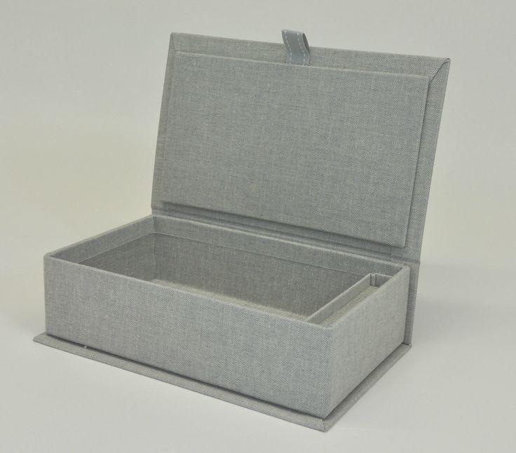 Box con bunch rivestito in tela. ricopertura in tela grigia. Scatola portafoto con spazio per penna usb Flip box with textile coating