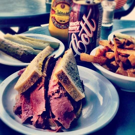 Famous affordable: Lester's Deli - Smoked Meat Restaurant in Montreal | (514) 213-1313