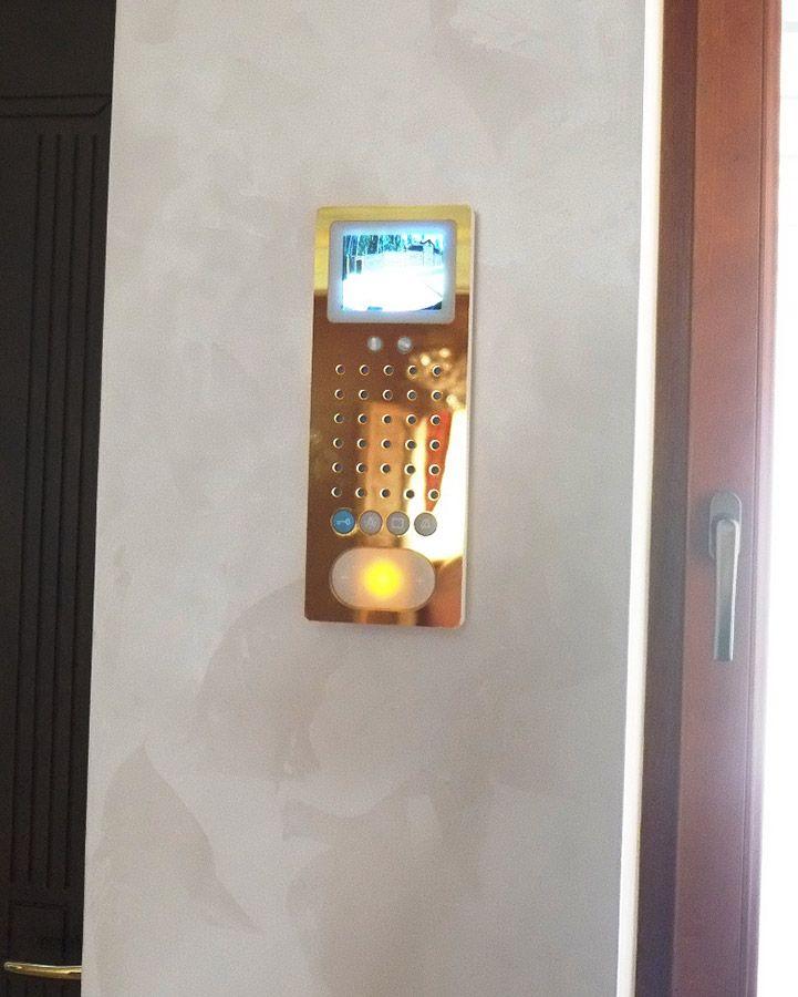 Внутренний монитор домофона дома (интерком). Кроме этого монитора ответить гостю можно с любого телефонного аппарата дома (проводного и беспроводного), так же изображение с камеры домофона включено в общую систему видеоконтроля и может быть просмотрено на компьютере, iPhone, iPad, телевизоре в доме, а так же из любой точки мира удаленно. Панель позолочена 24К