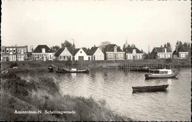 Beeldbank Prentbriefkaarten - Schellingwouderdijk met dijkhuisjes, bootjes, water, gezien vanaf de Noorderdijk naar de Oranjesluizen.