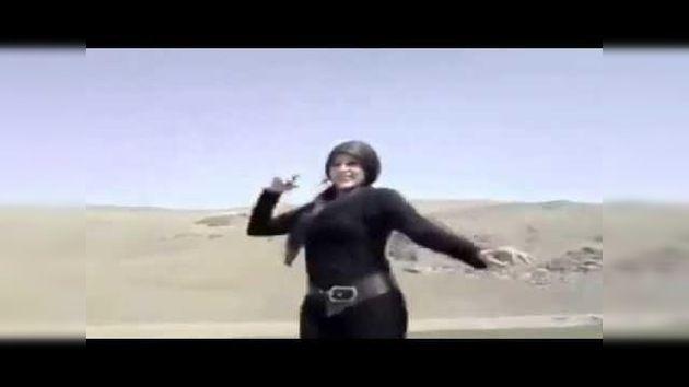 En estas imágenes, que arrasaron en el Internet islámico, una mujer baila en el techo de un coche una canción tradicional iraní. En el momento en que se quita el hiyab de la cabeza los espectadores empiezan a aplaudir con entusiasmo. El vídeo es el ejemplo más reciente de la lucha de mujeres en Irán contra las estrictas leyes del código de vestimenta del país.