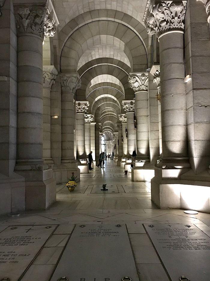 La spaventosa cripta della Cattedrale di Madrid Questa è una #Madrid davvero insolita, dove la bellezza non è nella piacevolezza dell'arte, nella perfezione dei palazzi o nella grandiosità dei parchi. No, qui rileva il silenzio dell'eterno riposo, la linearità di tombe e sacelli. Oggi esploriamo la Cripta di Madrid, un luogo dove i turisti ci arrivano (quasi) per caso. http://bussoladiario.com/2017/02/la-spaventosa-cripta-della-cattedrale-di-madrid.html