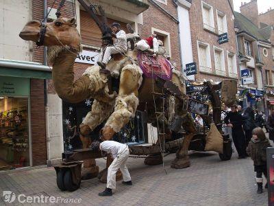 Une marionnette géante dans les rues
