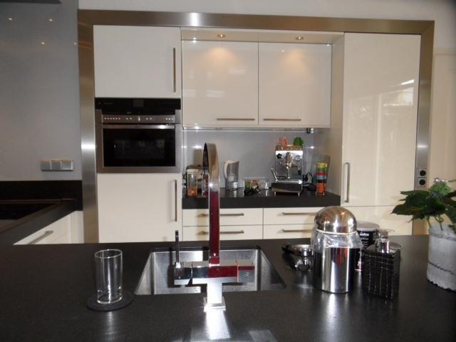 Modern en tijdloze keuken met prachtige RVS omlijsting, Odink Keukens Tynaarlo http://odinkkeukens.nl/