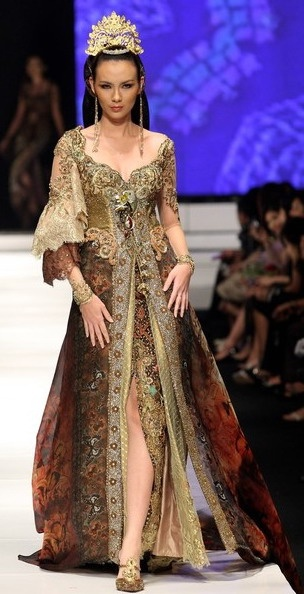 "Indonesian dressed ""kebaya"" , Anne Avantie"