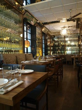BOCA GRANDE - BARCELONA http://www.bocagrande.cat/ Traumhafte Location, unten Restaurant oben Bar, Garten. Tapas sehr gut! Service gut. Cocktails ab 20,-€. Der Gang auf die Toiliette lohnt sich! Sehr schönes Corporate Design.