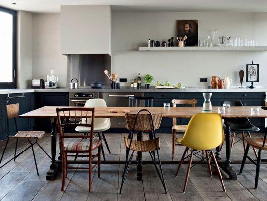 Mixer les chaises pour créer une déco dynamique - 6 photos de salles à manger qu'on aime - CôtéMaison.fr