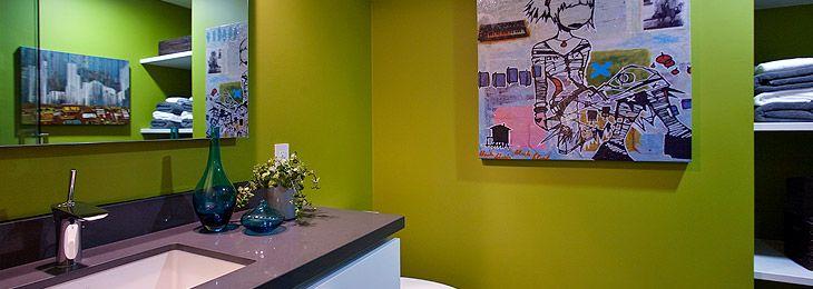 Badkamer met kleur en kunst aan de muur