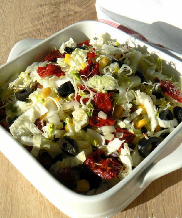 Surówka z kapusty pekińskiej z suszonymi pomidorami, oliwkami i kukurydzą - Surówki