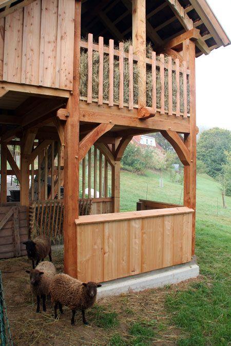 Fachwerk-Stall für Schafe und Hühner mit Heulager