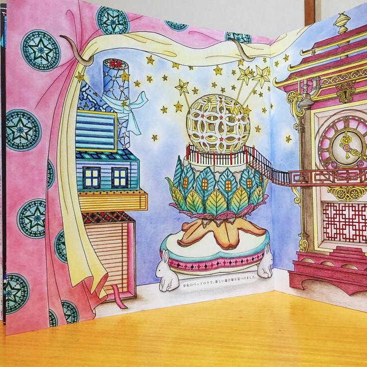 The Time Chamber next page  The Mysterious Cabinet and the Clock 〜不思議なキャビネットと時計〜左ページ  妖精は、少女のベッドの下で、新しい遊び場を見つけました。  #コロリアージュ#おとなのぬりえ#大人の塗り絵#時の部屋#ダリアソン #coloriage #coloringbook #colouringbook #adultcoloringbook #thetimechamber #dariasong  背景、カーテンは模様入り、リバーシブルをパステルアイシャドウで  空き箱のお家、万華鏡を煙突に見立てました ウサギの脚のライト兼、お香立て 内側が光るように色鉛筆で  アンティーク時計は、小豆色とこげ茶、ゴールド(黄色 黄土色 こげ茶)を装飾✨時計が内側の箱 中央に浮いてる⁉️と捉えて  ペン立ては陶器白抜きに影をつけて丸みが出るよう