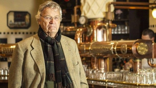 """Trinkt sein Bier lieber nicht allein: Gerhard Polt im Münchner Wirtshaus """"Paulaner im Tal"""""""