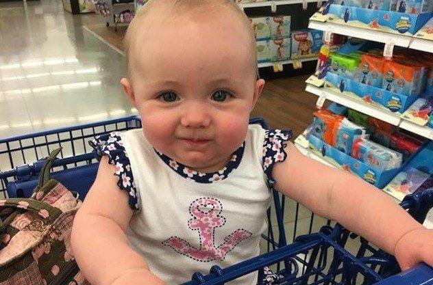 As pessoas estão rachando de rir com o erro de um pai ao vestir sua bebê