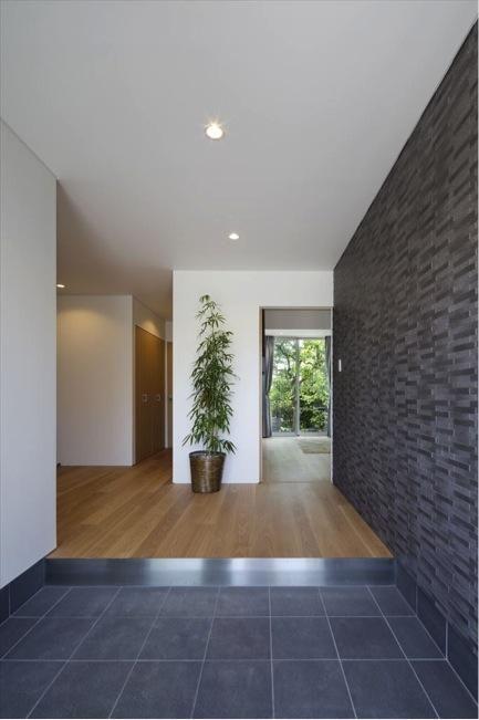 専門家:長澤誠一郎が手掛けた、開放的な玄関ホール(『A1-House』シンプルモダンなバリアフリー住宅)の詳細ページ。新築戸建、リフォーム、リノベーションの事例多数、SUVACO(スバコ)