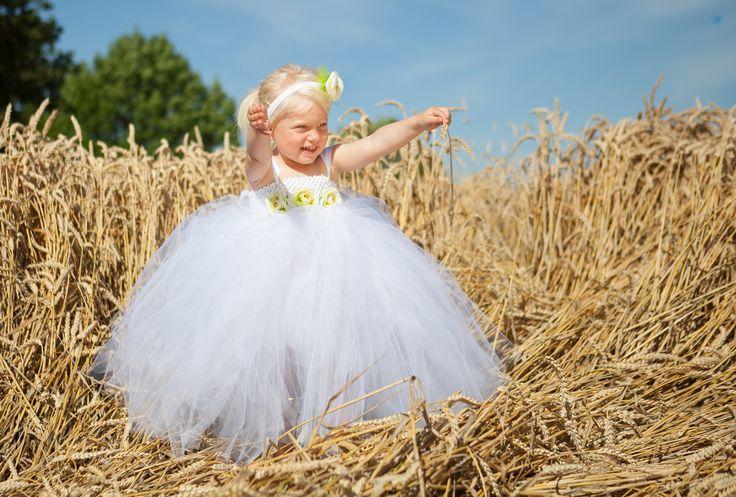Special designet håndlavet tylkjole i hvid med bladgrønt slæb til børn. ideel til brudepigekjole til pige.