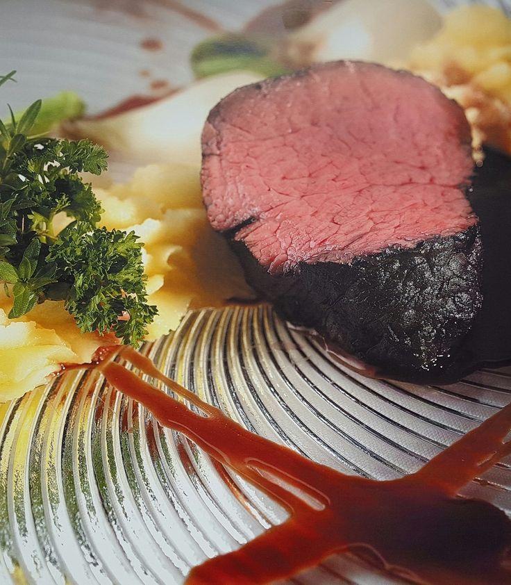 Oggi andiamo in cucina!!!! Volete anche voi assaggiare questo succulento filetto di vitello al Brunello di Montalcino con purea di patate? Semplice, acquistate gli ingredienti principali su www.isaporidei30.com, un salto dell'ortolano, un controllo della dispensa e là...fatto!!!! Vedi la ricetta su http://www.isaporidei30.com/index.php…