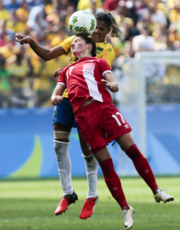 Fabiana (R) of Brazil vies for the ball with Jessie Fleming of Canada during their Rio 2016 Olympic Games women's bronze medal football match Brazil vs Canada, at the Arena Corinthians Stadium in Sao Paulo, Brazil on August 19, 2016. / AFP / Miguel SCHINCARIOL