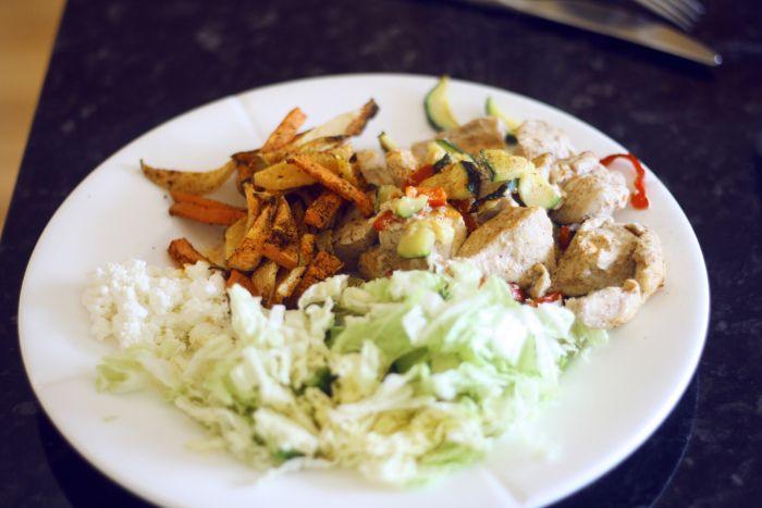 Kyllinggryte og pommes frites av kålrot og søtpotet.