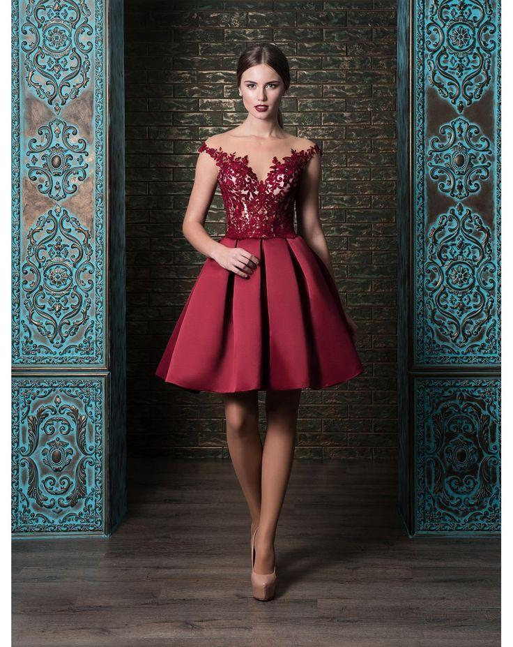 Koktejlové šaty so sukňou zo saténu. Vystužený korzet je zdobený čipkou.