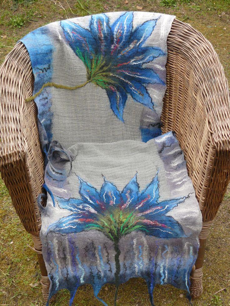 Filcowany szal z dwoma dużymi kwiatami.