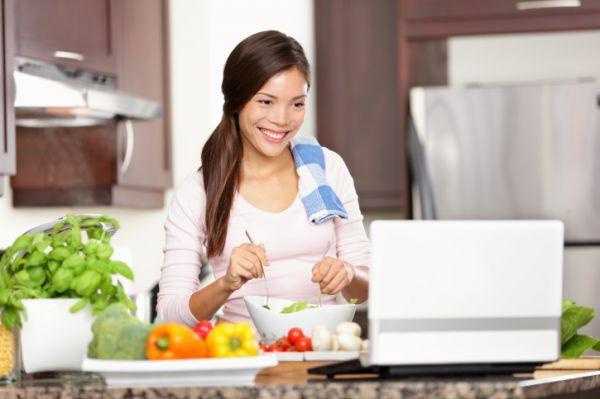Candida-diéta+ mintaétrend  Életük során a nők háromnegyedénél legalább egyszer előfordul a kandidiázis. A kezelés három pillérének egyike egy speciális diéta, amelyről Henter Izabella dietetikussal beszélgettünk.