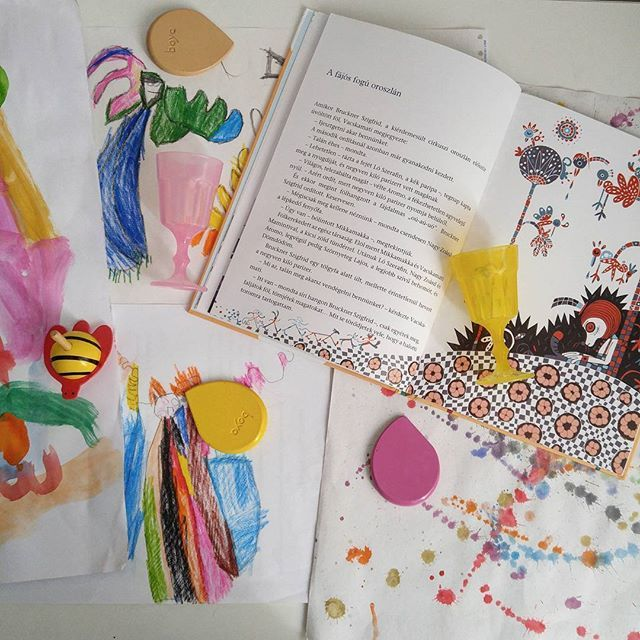 Working on drawing competition plans with the boys. . . . . #nokonceptstore #creativekids #mommyblogger #creativityfound #boyacrayons #myboys #bookstagram #childrensliterature #lázárervin #rajzverseny #mik #ig_hun #magyarig #olvasnijo #rajz #mytinymoments #momtogs #kidsactivities #ihavethisthingwithbooks #flatlay