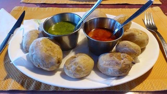 Papas arrugadas para mojo picón Canario verde y rojo Las patatas arrugadas, son un plato típico de la gastronomía Canaria (España). Básicamente consiste en