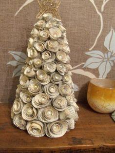 Kerstboom van oud papier.
