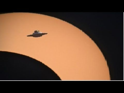 Giant Alien UFO Filmed In Total Solar Eclipse Charging From Sun Over Yellowstone Volcano. Nibiru? - YouTube