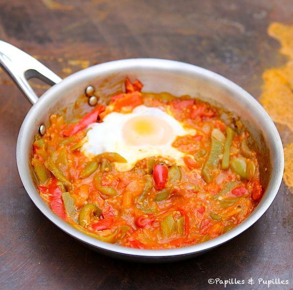 Piperade et oeuf au plat. Pour un repas plus conséquent, on peut ajouter des pâtes et même des oeufs brouillés au lie d'un oeuf sur le plat.